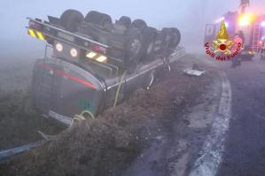 [Autocisterna rovesciata in rotonda a Portogruaro, conducente ferito]