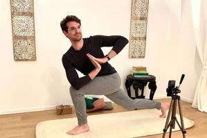 [Lezioni di Yoga in diretta per affrontare insieme le criticità attuali]