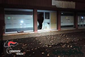 [Danneggiano alcune vetrine e inveiscono contro i carabinieri: arrestati]